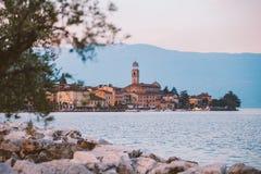 Озеро Garda обозревая городок Salo Италия Стоковые Изображения