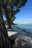 Берег и горы на Lago di Garda Стоковое фото RF