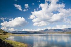 Озеро Granby с славными белыми облаками в голубом небе, Колорадо, США стоковое изображение rf