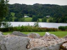 Озеро Grasmere за каменной стеной стоковое фото rf