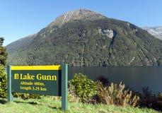 Озеро Gunn в национальном парке Fiordland, Новая Зеландия Стоковое Фото