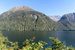 Озеро Gunn в национальном парке Fiordland, Новая Зеландия Стоковая Фотография
