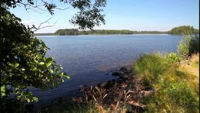 Озеро Helgasjon в Швеции сток-видео