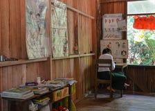 ОЗЕРО INLE, МЬЯНМА 26-ОЕ СЕНТЯБРЯ 2016: Неопознанный местный учитель на школе, во время времени обеда Стоковое Изображение RF