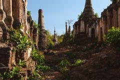 Озеро Inle, Мьянма: 25-ОЕ ФЕВРАЛЯ 2014: Старое Stupas на Indein, Inle Стоковое фото RF