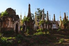 Озеро Inle, Мьянма: 25-ОЕ ФЕВРАЛЯ 2014: Старое Stupas на Indein, Inle Стоковое Изображение RF