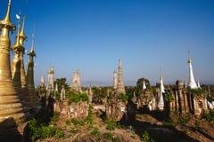 Озеро Inle, Мьянма: 25-ОЕ ФЕВРАЛЯ 2014: Старое Stupas на Indein, Inle Стоковые Изображения RF