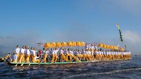 Озеро Inle, Мьянма - октябрь 2015; Паломники празднуя фестиваль пагоды на озере Inle, Мьянме Стоковые Фотографии RF