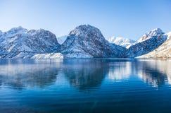 Озеро Iskanderkul зимы, горы Fann, Таджикистан Стоковая Фотография
