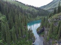 Озеро Kaindy в Казахстане известном также как озеро дерев березы или подводный лес стоковое изображение rf