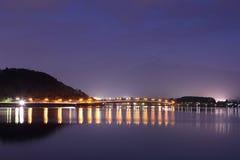 Озеро Kawaguchiko на ноче с предпосылкой Mount Fuji стоковое фото