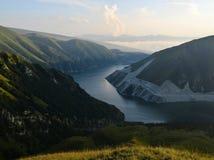 Озеро Kezenoy-был на времени захода солнца, горах Кавказа, Чеченской Республике Чечне, России Стоковые Фото
