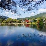 Озеро Kinrin-Ko в Yufuin Японии с листьями осени Стоковые Фото