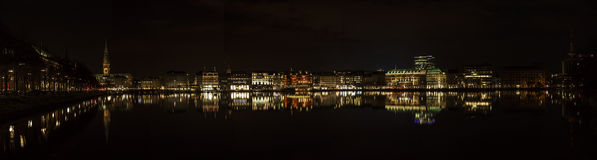 Озеро Kleine Alster в Гамбурге на ноче Стоковые Изображения RF