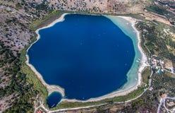 Озеро Kournas Остров состязания фотографии трутня Крита, Греции, около деревни Kournas Стоковое Изображение