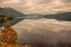 Озеро Kroderen на реке Hallingdal в Buskerud, Норвегии на заходе солнца Стоковые Фото