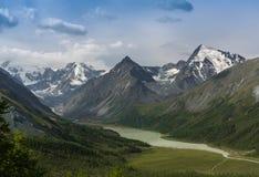 Озеро Kucherlinskoe гор сверху, Алтай, Россия Стоковая Фотография