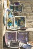 Озеро Kurnas, остров Крит, Греция, - 8-ое июня 2017: Полка с греческими ручной работы сувенирами - красочное керамическое остросл Стоковые Фотографии RF