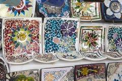 Озеро Kurnas, остров Крит, Греция, - 8-ое июня 2017: Полка с греческими ручной работы сувенирами - красочное керамическое остросл Стоковая Фотография