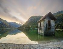 Озеро Lago di Predil гор стоковое фото rf