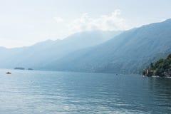 Озеро Lago Maggiore с туманом и ландшафтом горы в Ascona Швейцарии стоковые фото