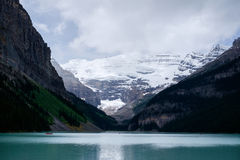 Озеро Lake Louise ледниковое в Канаде Стоковое Изображение