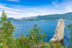 Озеро Maggiore и Альпы, северная Италия Красивый летний день на озере Maggiore между Laveno и Luino, около деревни Calde Стоковые Изображения