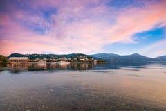Озеро Maggiore, красочное небо, северная Италия Очаровательный взгляд города Arona, провинции Новары Стоковое Изображение