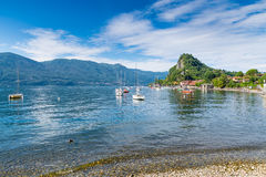 Озеро Maggiore, Calde, Италия Один из самых очаровательных углов озера Maggiore на красивый летний день Каникулы на озере Стоковое Изображение RF