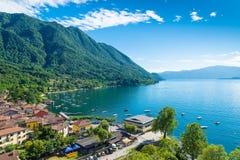 Озеро Maggiore, Verbano, Caldè, Италия Один из самых очаровательных углов озера Maggiore на красивый летний день Стоковые Изображения RF
