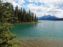 Озеро Maligne бирюзы с фоном горы Стоковые Изображения