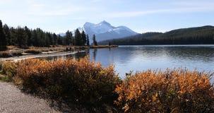 Озеро Maligne в скалистых горах 4K акции видеоматериалы