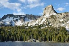 Озеро Mary и скала Кристл в мамонтовых озерах, Калифорнии Стоковые Фотографии RF