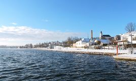 Озеро Mastis и дома в городе Telsiai, Литве стоковые изображения rf
