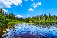 Озеро McGillivray около пиков Солнця внутри ДО РОЖДЕСТВА ХРИСТОВА, Канада стоковая фотография
