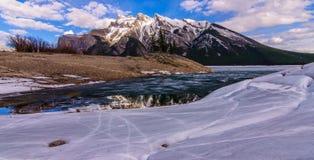 Озеро Minnewanka, зима национального парка banff Стоковая Фотография RF