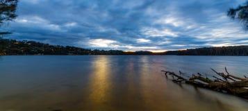 Озеро Narrabeen на заходе солнца стоковое фото