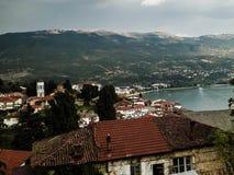 Озеро Ohrid и город Ohrid стоковые изображения