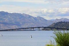 Озеро Okanagan и мост к городскому Kelowna стоковые изображения rf