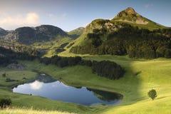 Озеро Orlovacko в горе Zelengora национального парка Sutjeska стоковые изображения