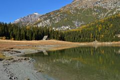 Озеро Palu в осени - ландшафте Valmalenco, Valtellina, Италии Стоковое Фото