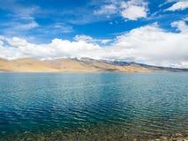Озеро Pangong с горой и голубым небом Стоковое фото RF
