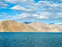 Озеро Pangong с горой и голубым небом Стоковое Фото
