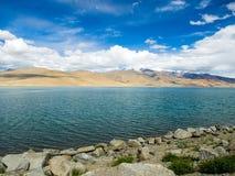 Озеро Pangong с горой и голубым небом Стоковые Фото