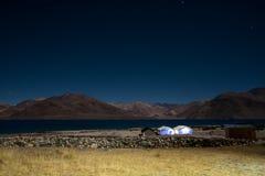 Озеро Pangong с Mountain View и звезды в небе на nighttime стоковые фото