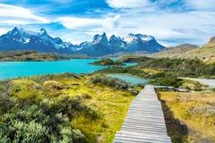 Озеро Pehoe и горы Guernos ландшафт, национальный парк Torres del Paine, Патагония, Чили, Южная Америка