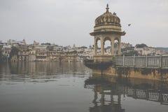Озеро Pichola с взглядом дворца города в Udaipur, Раджастхане, Индии Стоковое Изображение RF
