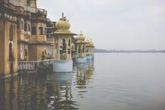 Озеро Pichola с взглядом дворца города в Udaipur, Раджастхане, Индии Стоковая Фотография RF