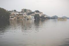 Озеро Pichola с взглядом дворца города в Udaipur, Раджастхане, Индии Стоковое фото RF