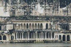 Озеро Pichola с взглядом дворца города в Udaipur, Раджастхане, Индии Стоковые Изображения